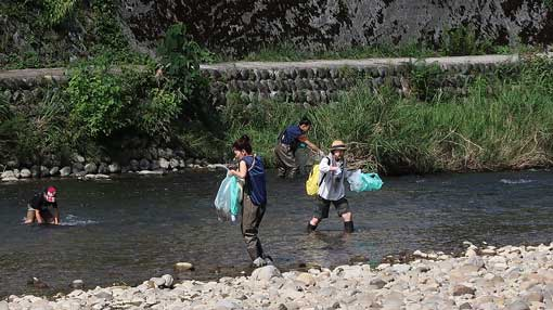 「女川に菜の花油の灯をともす会」の浅野川での活動の様子
